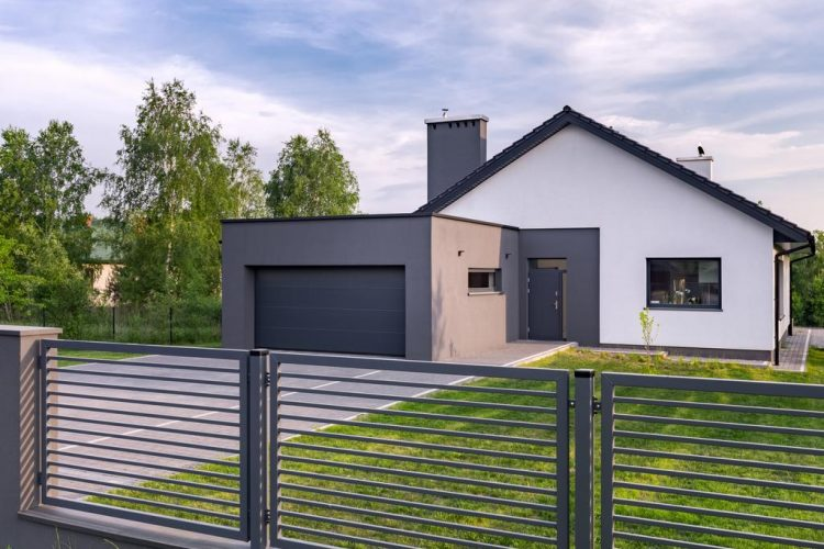 Five factors that affect DIY house fence installation